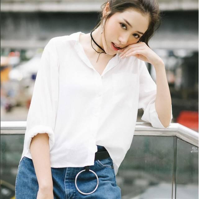 เสื้อขาวกางเกงยีนส์